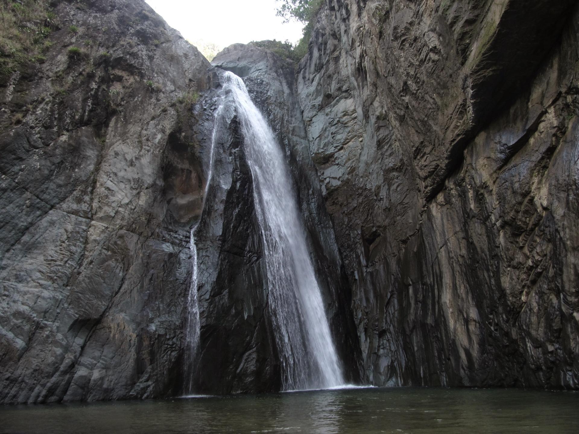 Z wysokości 60 m. spada kaskada wody